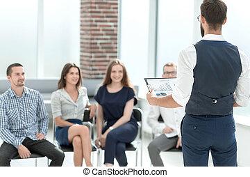 zakenman, het bespreken, met, handel team, financieel, data.