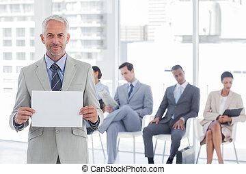 zakenman, het glimlachen, leeg, vasthouden, meldingsbord