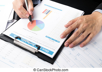 zakenman, het kijken, diagrammen