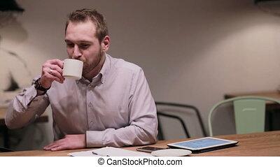 zakenman, het spreken op de telefoon, in, een, koffiehuis