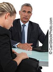 zakenman, het staren, op, een, aantrekkelijk, vrouw