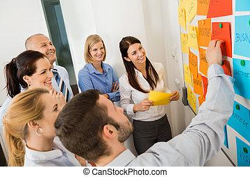 zakenman, het verklaren, etiketten, whiteboard