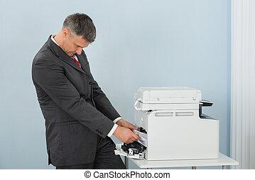 zakenman, het verwijderen, papier, stuck, in, printer, op, kantoor