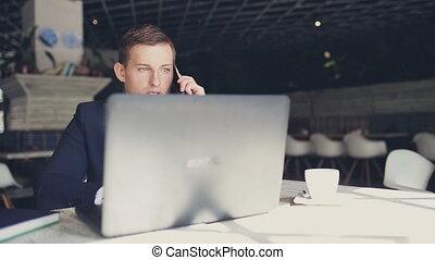 zakenman, in, kostuum, het spreken op de telefoon, in, een, koffiehuis