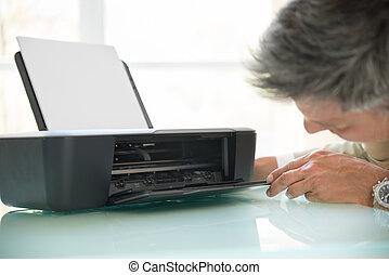 zakenman, kijken in, photocopy machine