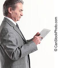zakenman, kijken naar, de, scherm, tablet.isolated, op wit, achtergrond