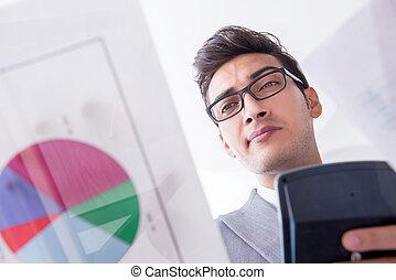 zakenman, kijken naar, financieel, diagrammen, en, grafieken