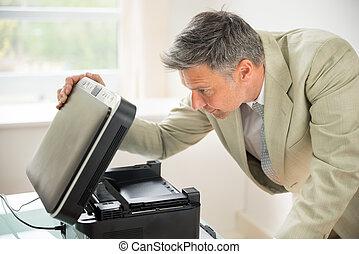 zakenman, kijken naar, photocopy machine