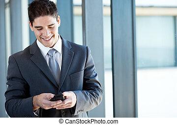 zakenman, lezende , emails, vrolijke