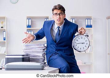zakenman, makende kopieën, in, het kopiëren machine