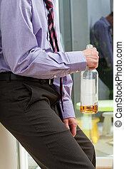 zakenman, met, alcohol, problemen