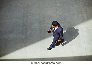 zakenman, met, cellphone