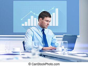 zakenman, met, draagbare computer, werkende , in, kantoor