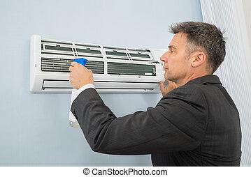 zakenman, poetsen, klimaatregelaar, in, kantoor