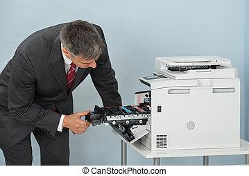 zakenman, repareren, patroon, in, printer, machine, op, kantoor