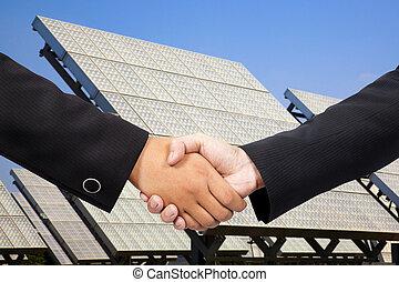 zakenman, schuddende hand, voor, zonne mogendheid plant