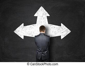 zakenman status, voor, een, black , muur, met, pijl, richtend bij, anders, richtingen