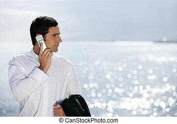 zakenman, stond, zee