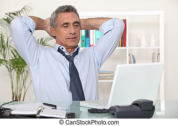 zakenman, stretching, op, zijn, bureau