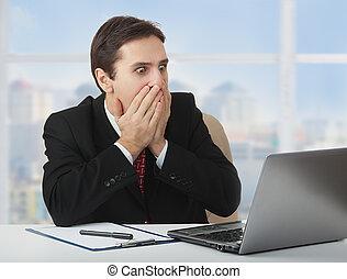zakenman, vrees, bedekking, wonder, draagbare computer, zittende , het kijken, mond, zijn, bang, verwonderd, handen, bureau