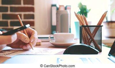 zakenman, werken, met, een, smartphone, en, controleren, financieel rapport, en, diagrammen, in, de werkkring, op, workplace.