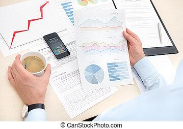 zakenman, werkende , met, documenten