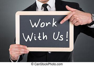 zakenman, wijzende, werken, met, ons, meldingsbord, op, lei