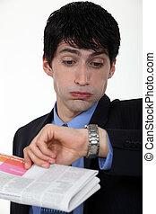 zakenman, zijn, horloge, ongeloof, het staren
