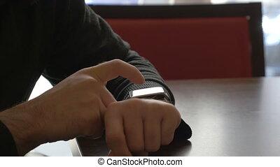 zakenman, zijn, horloge, smart, gebruik