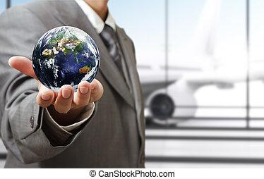 """zakenmens , houden, globe, in, de, airport""""elements, van, dit, beeld, gemeubileerd, door, nasa"""""""