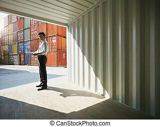 zakenmens , met, expeditie, containers