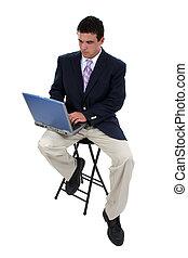zakenmens , op, krukje, met, draagbare computer