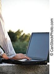 zakenmens , werkend aan computer