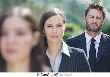 zakenmens , zakenman, in lijn, achter, handel vrouwen