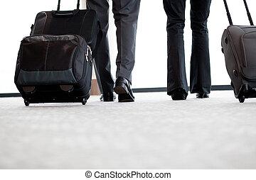zakenreizigers, wandelende, in, luchthaven, met, bagage