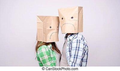 zakken, hoofden, paar, verdrietige , hun, papier, gezichten