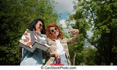 zakken, scholieren, vrolijke , vrouwlijk, selfie, verticaal, park, boeiend, shoppen