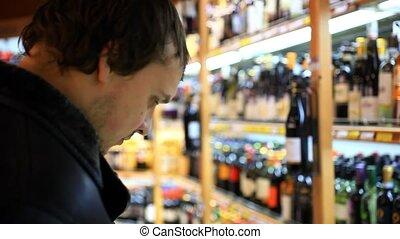 zakupy, alkoholik, supermarket, wyroby, wybierając, podczas...