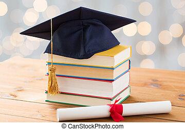 zamknięcie, mortarboard, książki, dyplom, do góry