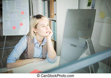 zamyślony, praca, biuro, kobieta