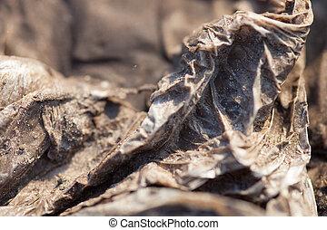 zand, polytheen, verfrommeld