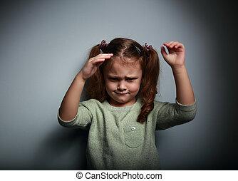 zangado, criança, menina, em movimento, a, mãos, experiência escura