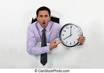 zangado, homem apontando, em, relógio