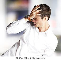 zangado, homem jovem, fazendo, frustração, gesto, indoor