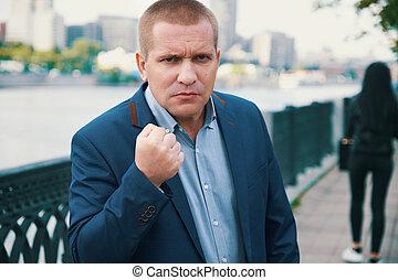 zangado, homem negócios, ameaçar, com, um, punho
