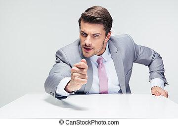 zangado, homem negócios, sentar tabela