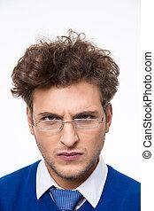 zangado, jovem, homem negócios, em, óculos, olhando câmera