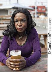 zangado, jovem, mulher americana africana, bebidas,...