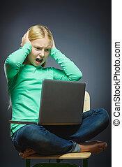 zangado, ou, cansado, menina, com, laptop., closeup, retrato, de, bonito, adolescente, ligado, cinzento, experiência., estudos, conceito
