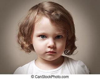 zangado, pequeno, criança, menina, retrato, looking., closeup